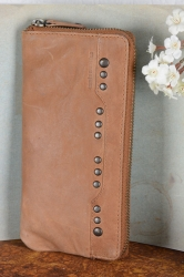 aunts and uncles Nora Geldbörse Clutch Nietenbörse cognac